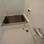 浴室 広くはないですが、全面パネルを貼りましたので綺麗清潔