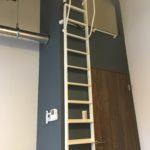 はしごを登ると…ちょっとした収納スペースが♪